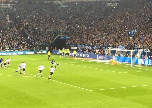 Hier fällt gerade das vielumjubelte 1:0 für Schalke. Foto: Michael Kamps