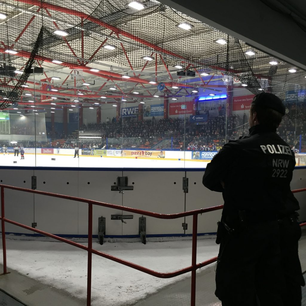 Derbys im Ruhrgebiet ohne Polizei? Heutzutage undenkbar. (Foto: Simon Ilger)