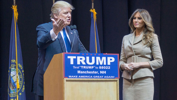 Trump und seine dritte Ehefrau Melania bei einem Wahlkampfauftritt 2016 Marc Nozell from Merrimack, New Hampshire, USA Lizenz: CC BY 2.0