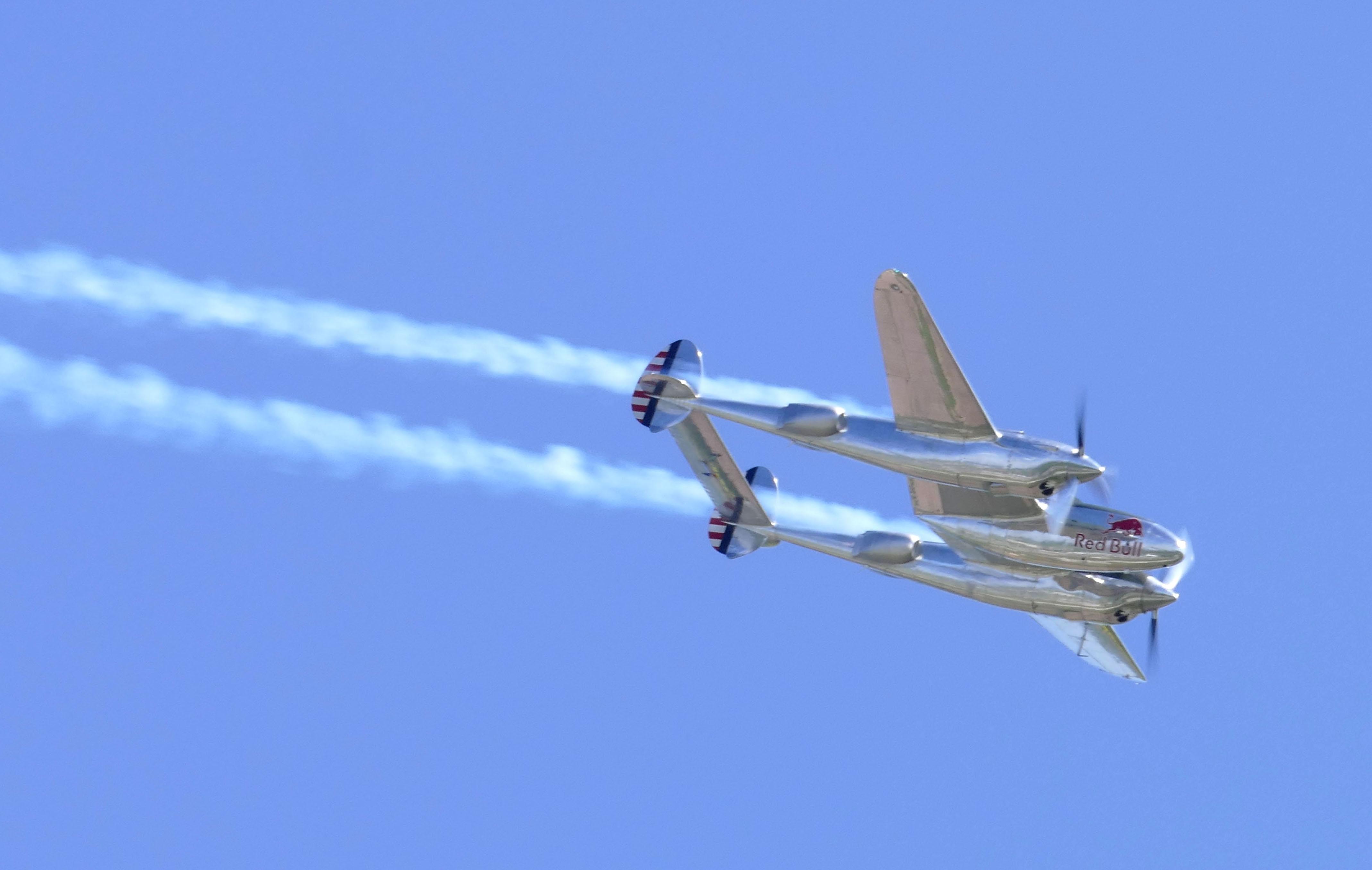Auch Oldtimer-Freunde kamen auf ihre Kosten: eine Lockheed P38 Lightning zeigt was sie kann.
