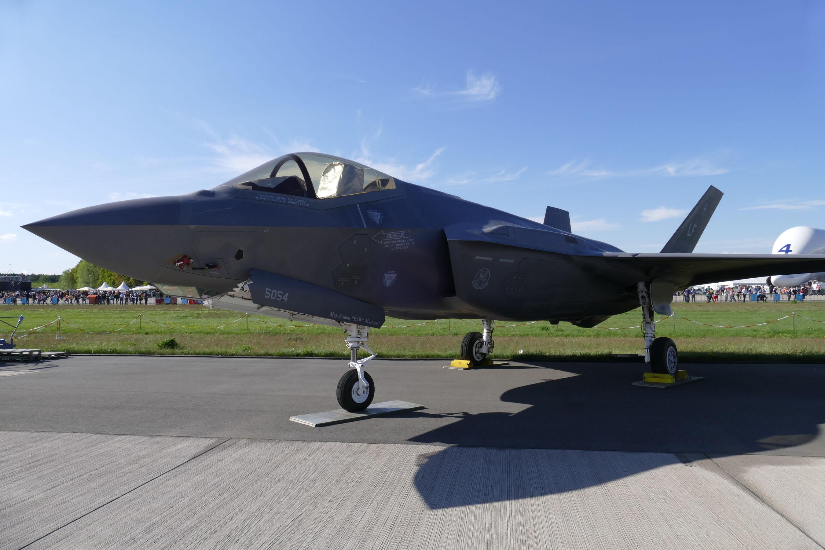 Die amerikanische F-35 erstmals in Deutschland. Die Luftwaffe würde sie gern als Ersatz für den Tornado anschaffen. Die Bundeswehrführung sträubt sich.