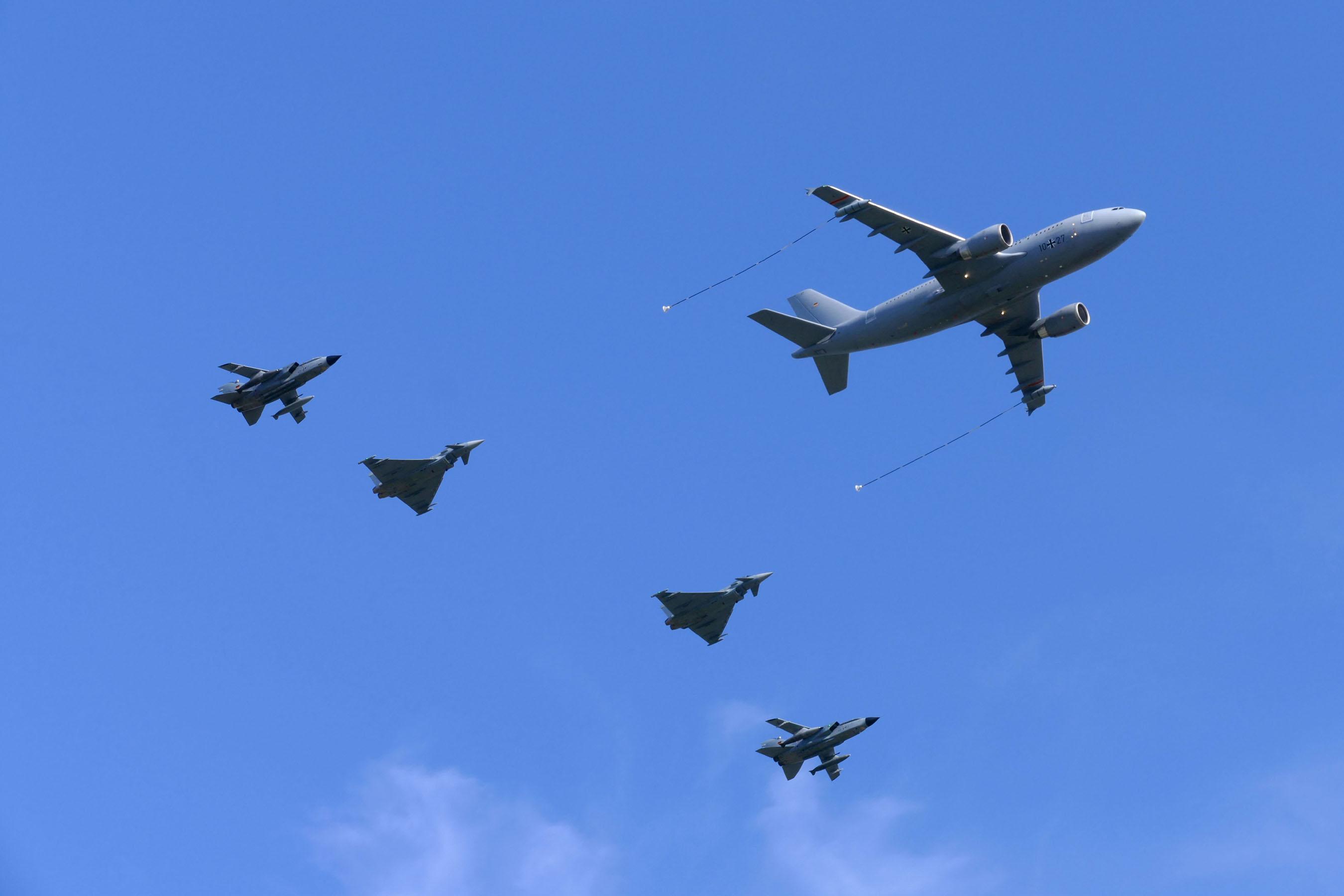 Präsentation der Luftwaffe auf der ILA: Tornado, Eurofighter Typhoon und Airbus A310-304 im Überflug.