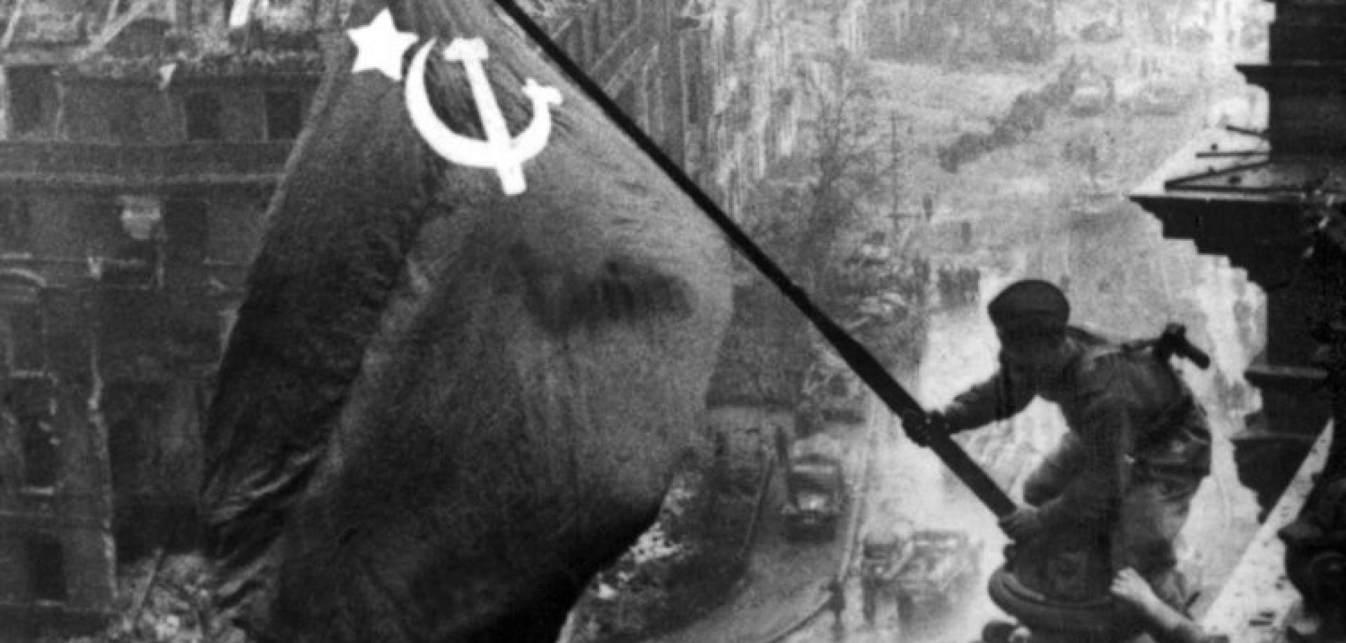 Tag der Befreiung? Soldat der roten Armee hisst Fahne auf dem Reichstag. Quelle: Jewgeni Chaldej