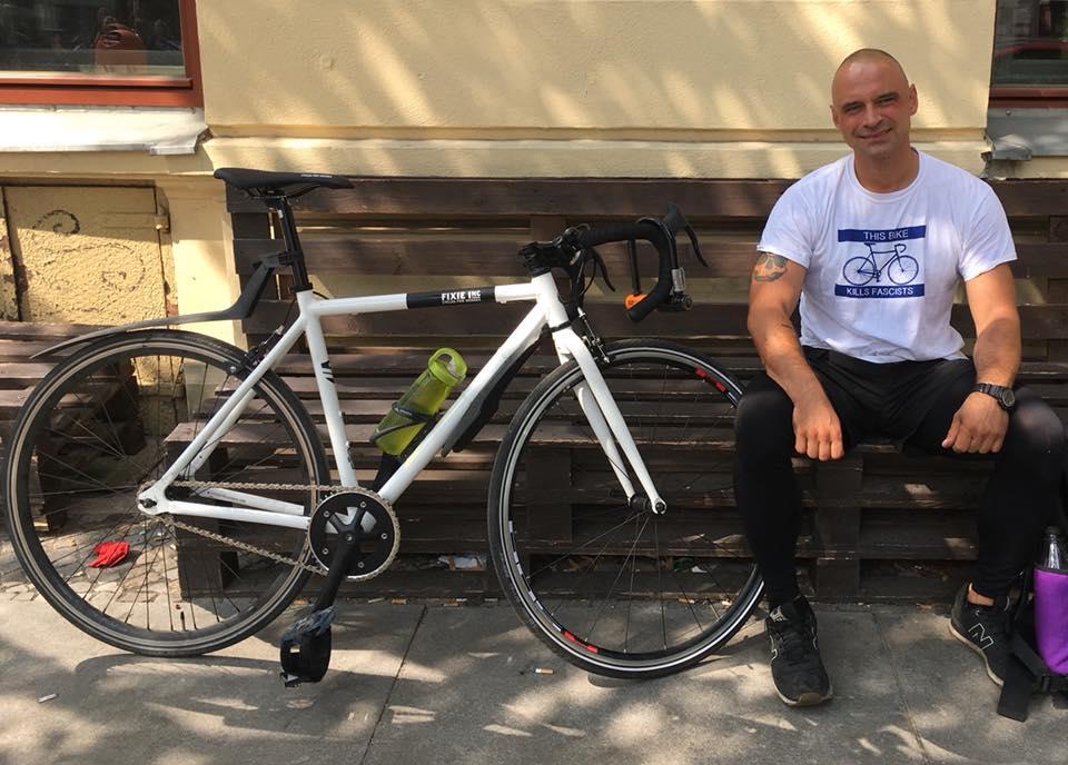 Der ehemalige Deliveroo-Bote Andres Georgi mit seinem Fahrrad
