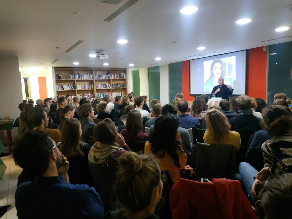 BDS-Unterstützer Sa'ed Atshan zu Gast in den Räumlichkeiten der Rosa-Luxemburg-Stiftung in Tel Aviv. Foto: Antideutsche Aktion Amidar