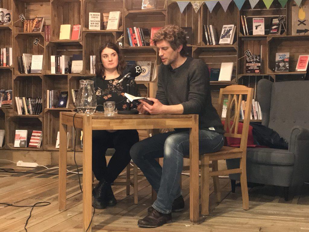 Hanna Wollmeiner (Correctiv Buchladen) und Sascha Pranschke bei der Lesung in Essen