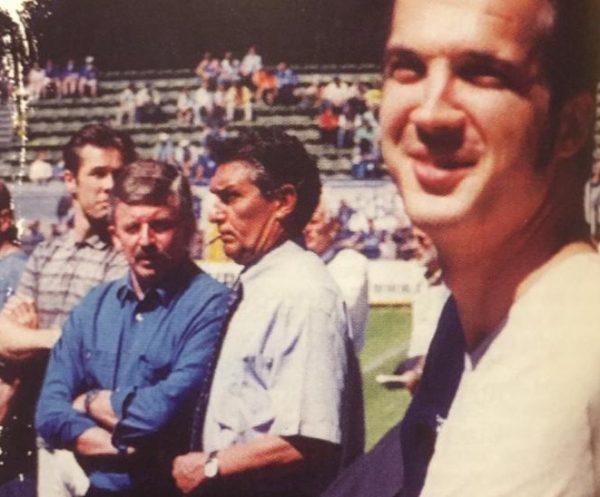Sein Zuhause waren die Fußballstadien. Rudi Aussauer hier mit Jürgen W. Möllemann (links) und dem BVB-Fanbauftragten Siegerlandelvis   Foto: BVB-Fanprojekt