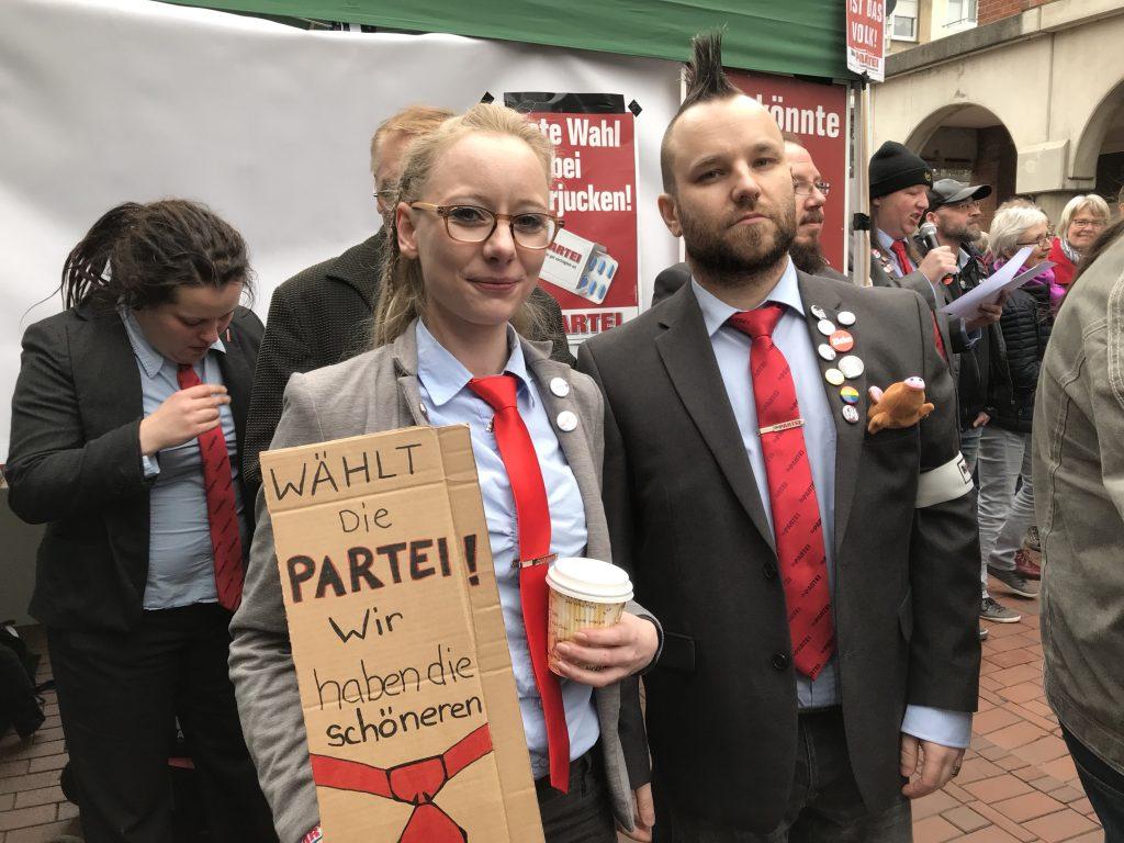 Protest gegen die AfD: Maybrit Killner (Münster) und Andres Kemna aus Recklinghausen; Foto: Peter Ansmann