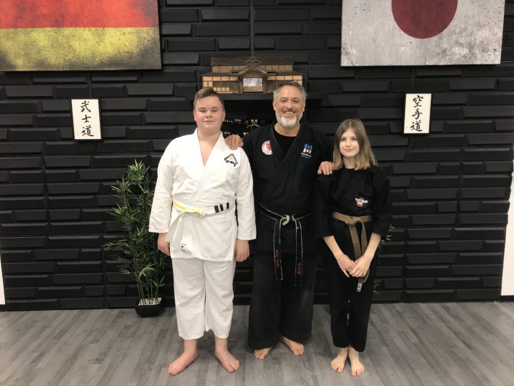 Leon Büning (13), Sensei Jörg Uretschläger und Jana Zoll (12) - Karatekas und Katzenstreichler.