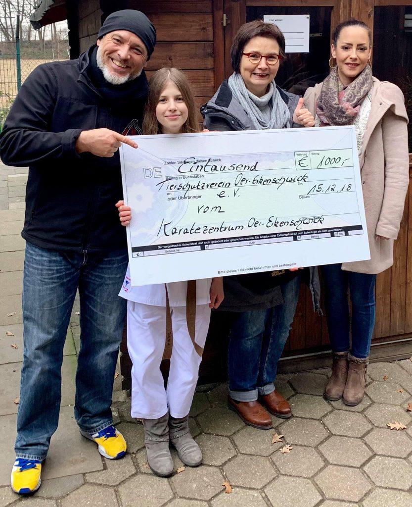 Jörg Uretschläger, Jana Zoll, Ute Brinkmann (Vorsitzende des Tierschutzvereins Oer-Erkenschwick), Sina Soberg: Übergabe der gesammelten Spenden 15. Dezember 2018.