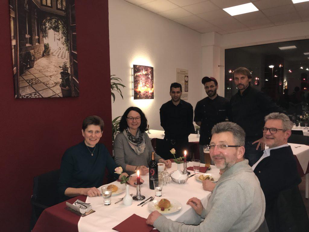 Das Team im Sham: Yamen, Nel, Pater Tobias - und begeisterte Gäste; Foto: Peter Ansmann