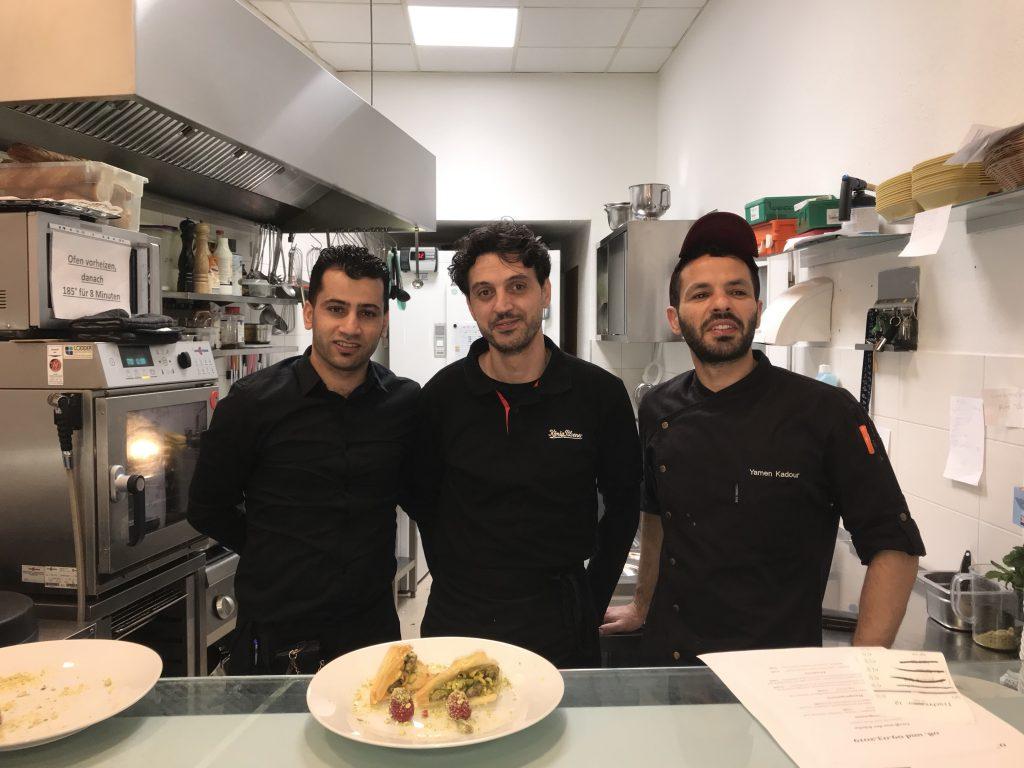 Rabee, Nel (Beide aus Aleppo) und Yamen (Aus Damaskus) sorgen für leckere Speisen im Sham. Foto: Peter Ansmann