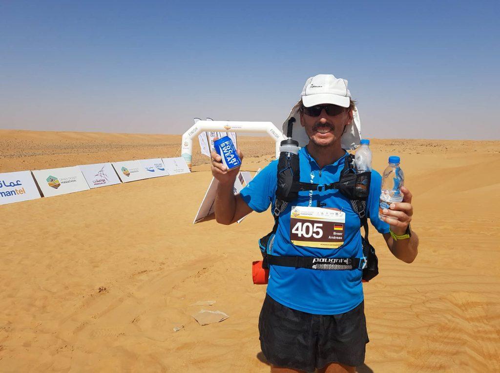 Pater Tobias beim Oman-Wüsten-Marathon. Foto: Foto: Projekt LebensWert