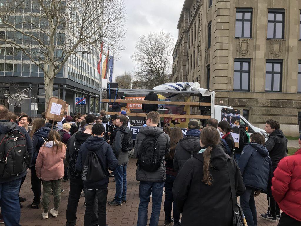 Gute Stimmung: Der Auftaktort der Demo am Mannesmannufer in Düsseldorf; Foto: Peter Ansmann