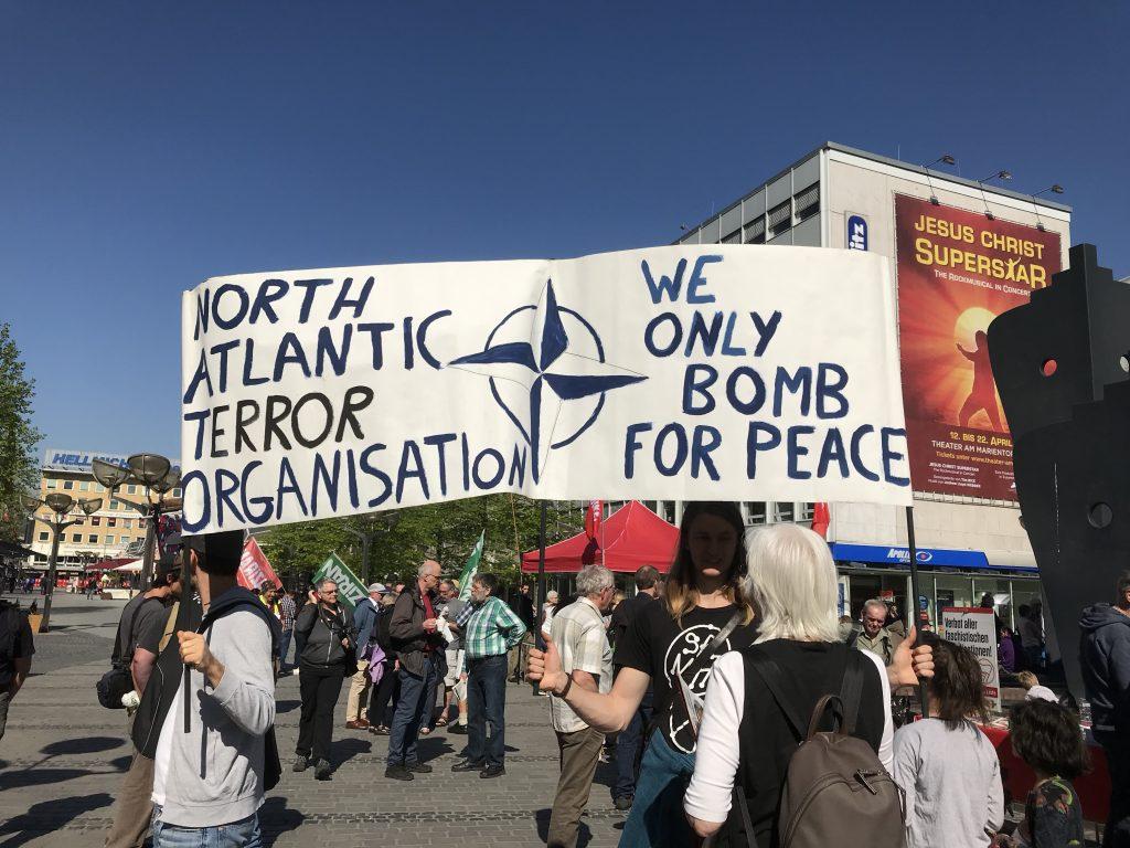 Die sinistre NATO. Verantwortlich für die längste Friedenszeit in Europa! Foto: Peter Ansmann