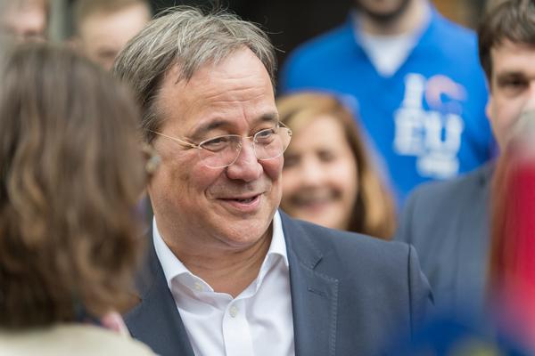 Das mag jeder Politiker: Armin Laschet nimmt ein Bad in der Menge (Foto: Roland W. Waniek)