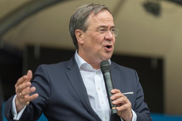 NRW-Ministerpräsident Armin Laschet wahlkämpft für Europa in Bochum (Foto: Roland W. Waniek)