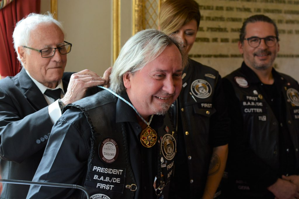 """Claus Niedermaier erhält die Goldmedaille am Bande vom """"Grand Prix Humanitaire de France""""; Foto: Christoph Schneider"""