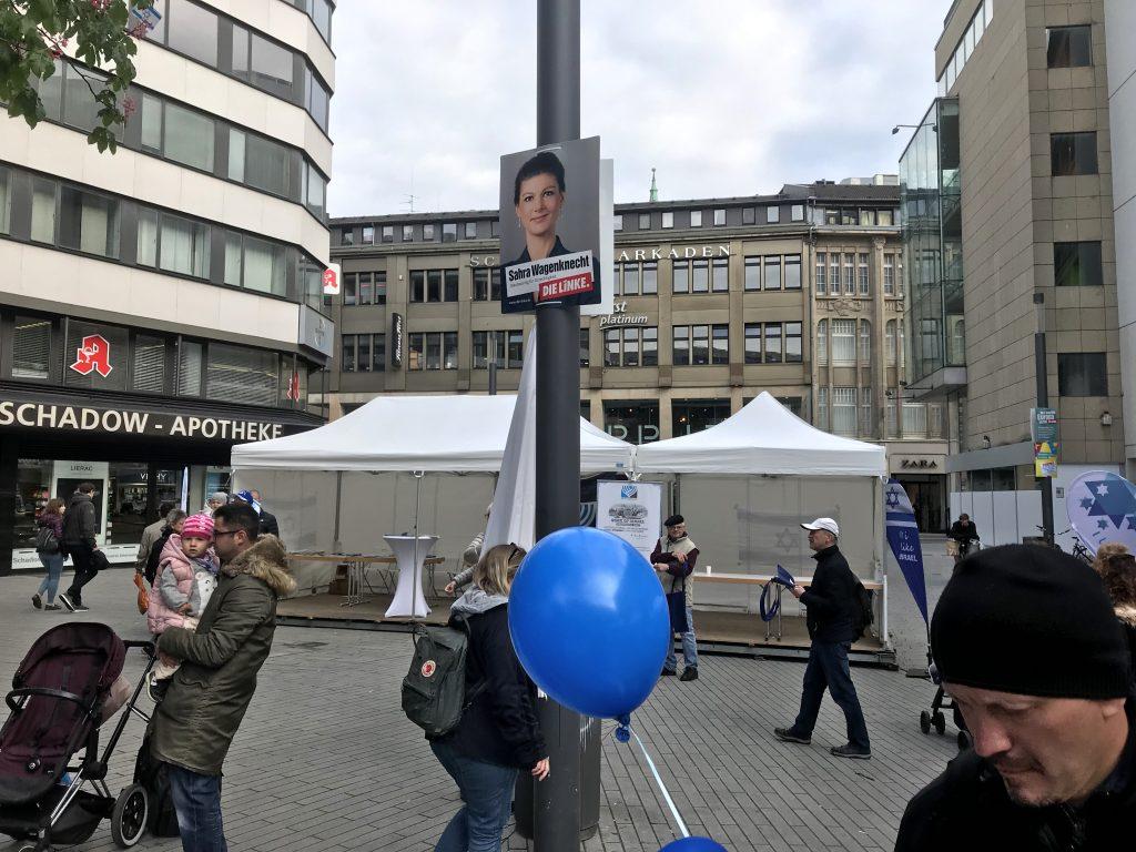 Da kann, beim Israel-Tag in Düsseldorf, nichts schiefgehen: Von oben herab wacht Sahra Wagenknecht über das Geschehen am Schadowplatz; Foto: Peter Ansmann