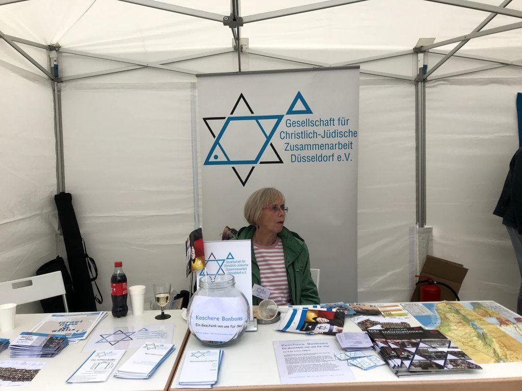 Informationsstand der Gesellschaft für Christlich-Jüdische Zusammenarbeit Düsseldorf e.V.; Foto: Peter Ansmann