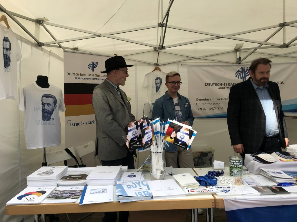 Israelfähnchen, T-Shirt, Kippas und jede Menge Information; Foto: Peter Ansmann
