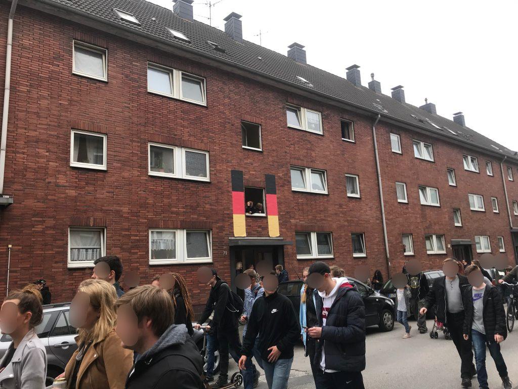 Erster Logenplatz, deutschlandbeflaggt: Die Fuchsstraße in Wanheimerort; Foto: Peter Ansmann