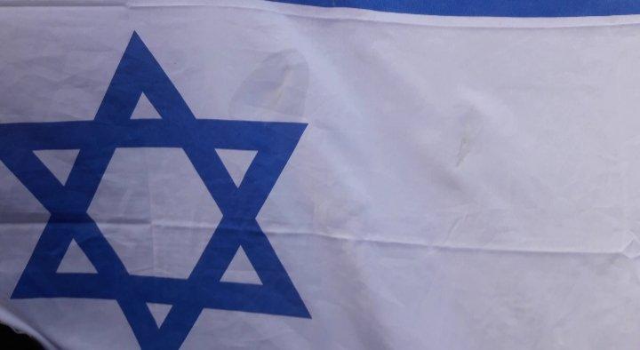 Die bespuckte Israelflagge; Foto: Rheinisches antifaschistisches Bündnis gegen Antisemitismus