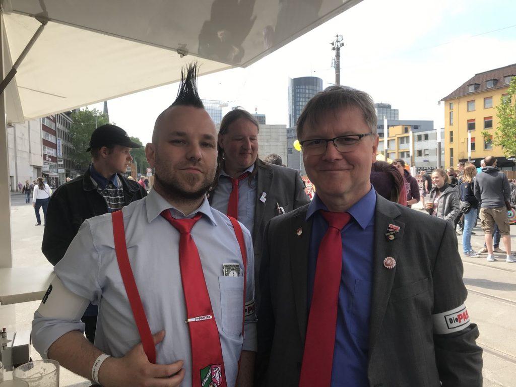 Andreas Kemna (DIE PARTEI Recklinghausen) neben dem Generalsekretär der PARTEI und Namensgeber der Hintnerjugend, Thomas Hintner; Foto: Peter Ansmann