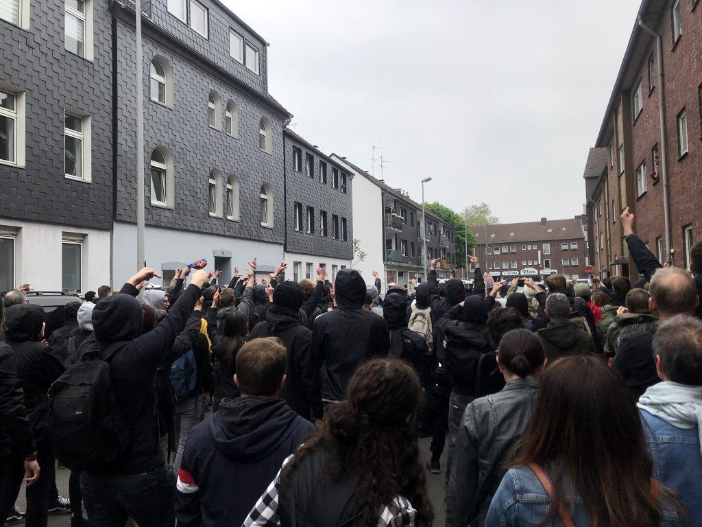 Antifa begrüßt die Nazis: Duisburg zeigt Flagge! Foto: Peter Ansmann