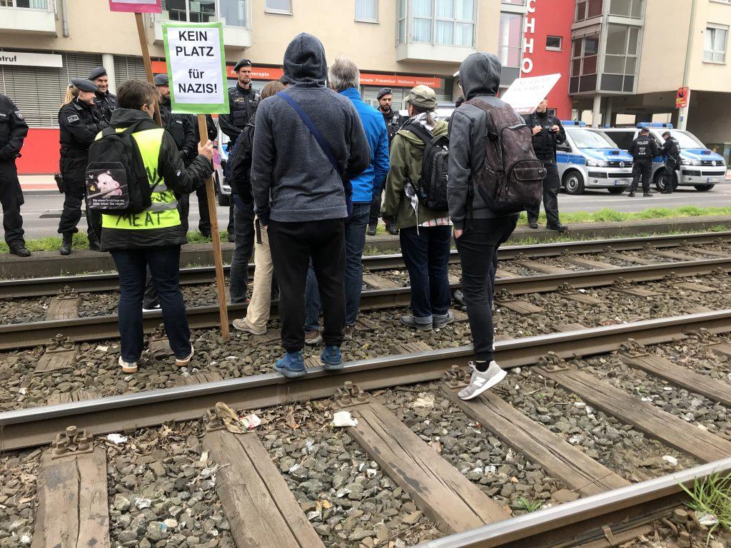 Polizei und Antifa diskutieren; Foto: Peter Ansmann
