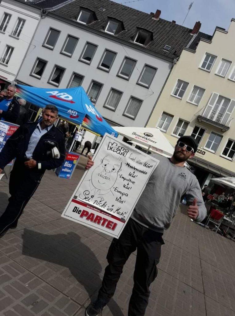 Die Polizei Dorsten nimmt das selbstgemalte Plakat in Augenschein; Foto: Marc Meinhard