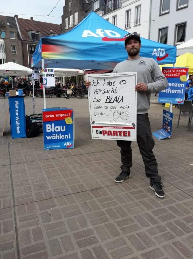 BLAU wählen: DIE PARTEI hat es beim Frühschoppen versucht; Foto: Marc Meinhard