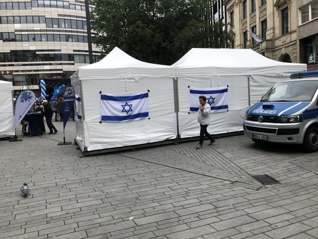 Am Schadowplatz: In Düsseldorf wird, im Gegensatz zu Duisburg, die israelische Flagge von der Polizei geschützt; Foto: Peter Ansmann