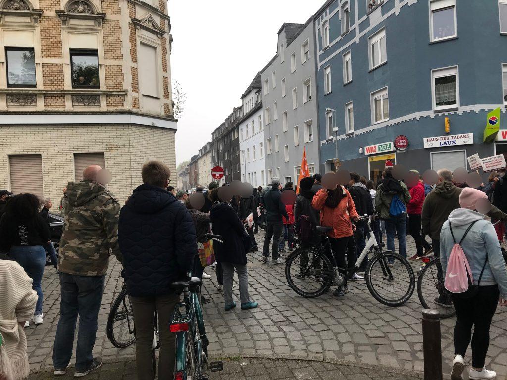 Antifa und Cops am Michaelplatz; Foto: Peter Ansmann