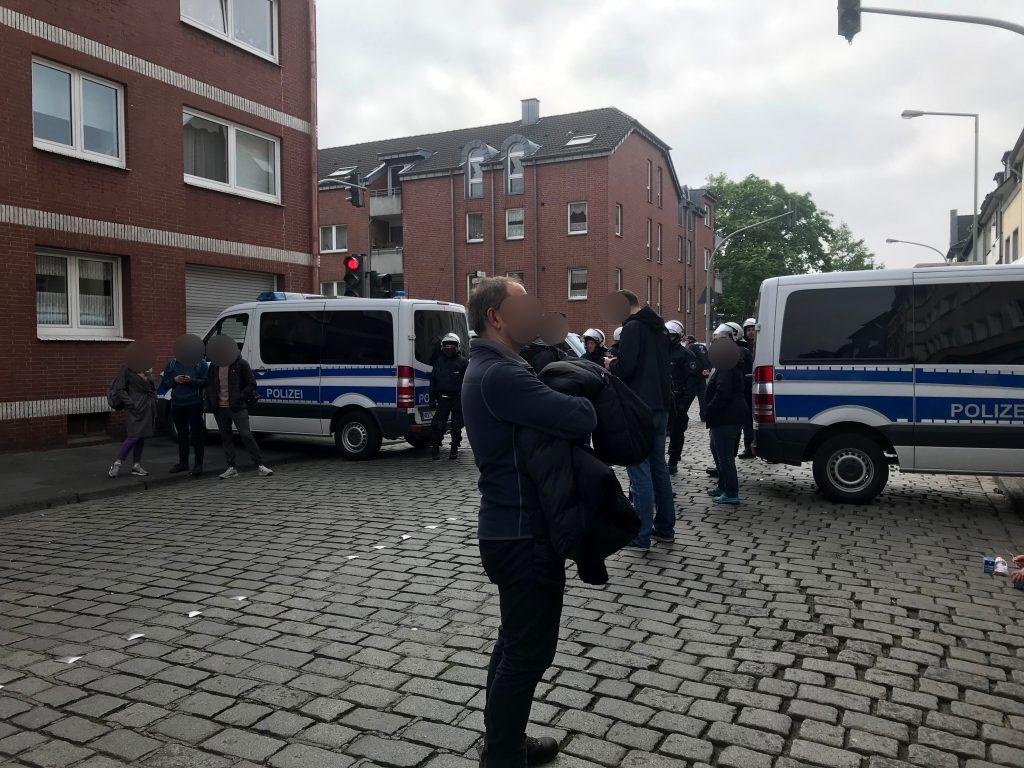 Ein großes Polizeiaufgebot verhindert den Zugang zur Eschenstraße; Foto: Peter Ansmann