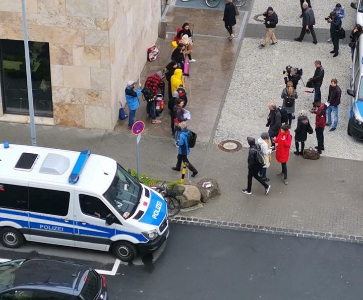 Protest einer großen Volksmasse gegen die Kopftuch-Konferenz Susanne Schröters