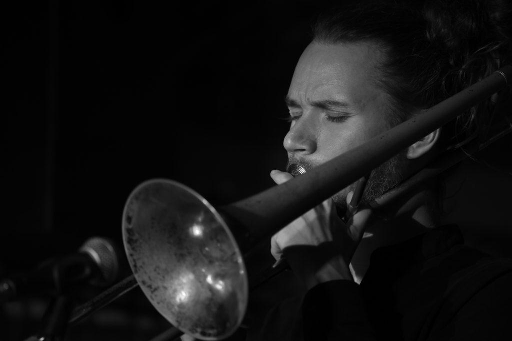 """Cool-Jazz im """"Oval Office"""": Max Wehner an der Posaune (Foto: Roland W. Waniek, 16. Oktober 2019)"""