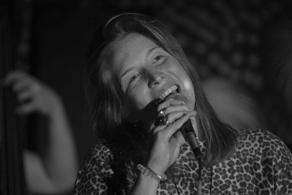 "Renata Hervoly singt den Jazz, am 16. Oktober im ""Oval Office"" (Foto: Roland W. Waniek)"