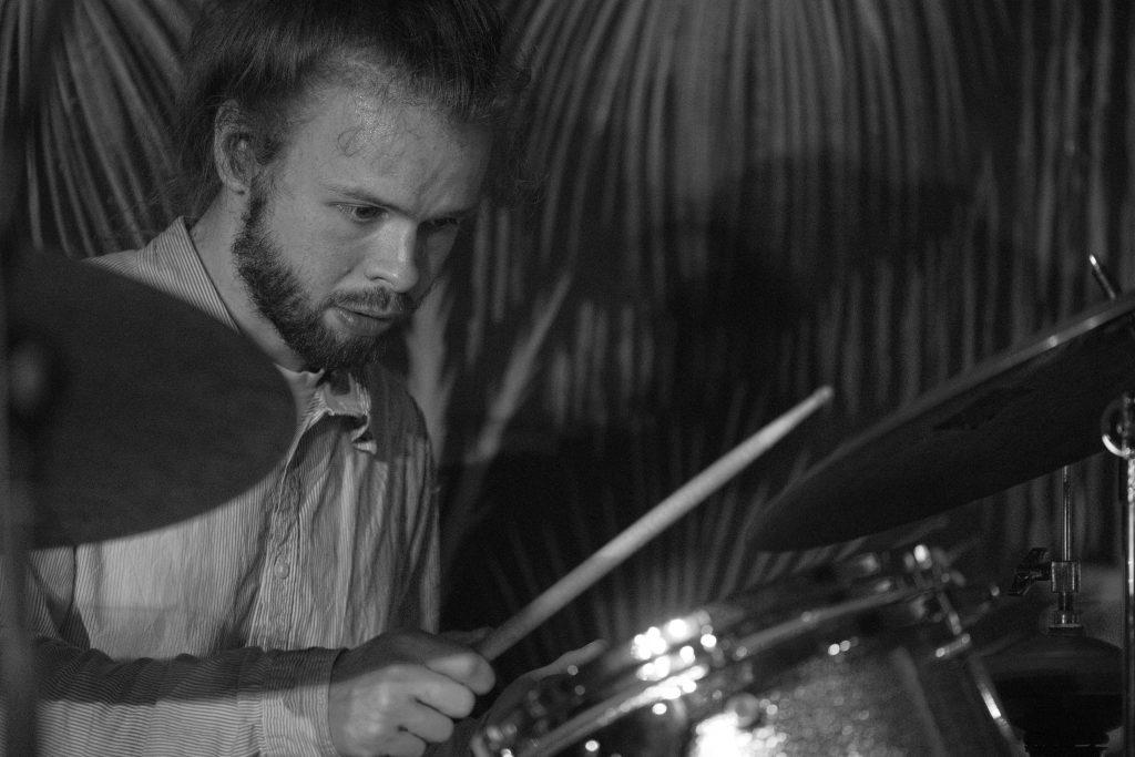 "Schlagzeuger Michael Knippschild am 16. Oktober im ""Oval Office"" (Foto: Roland W. Waniek)"