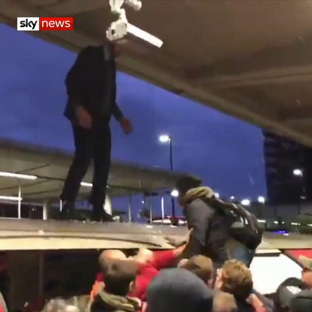 XR-Aktivisten steigen auf Londoner U-Bahn. Wüntende Pendler ziehen sie wieder herunter.