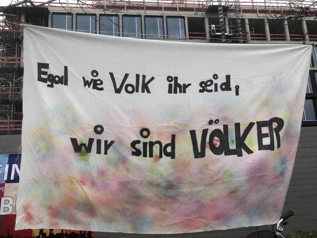 Bunter Protest gegen den rechten Aufmarsch; Foto: Peter Ansmann
