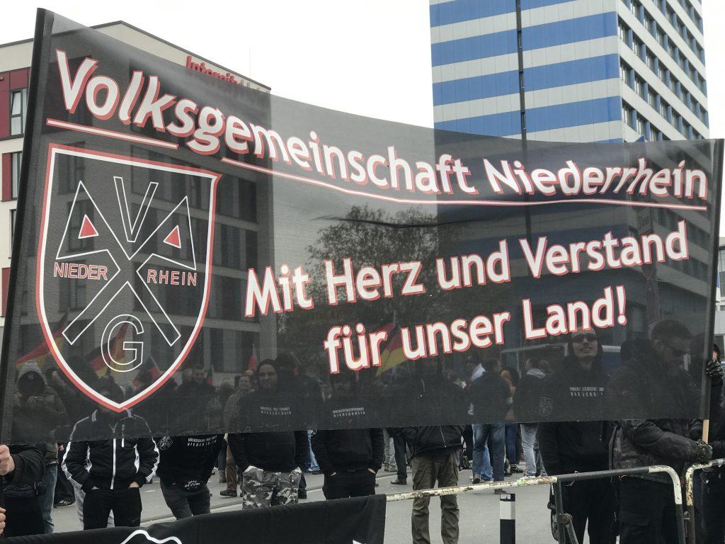 Acht Tage zu Spät um den Blutzeugen zu gedenken: Dafür sind die Volksgenossen vom Niederrhein aber mit Herz UND Verstand bei der Sache; Foto: Peter Ansmann
