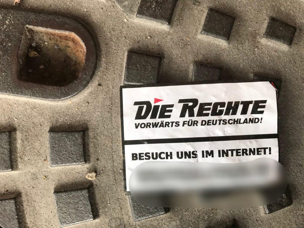 """Sicherheit und Ordnung ist nicht so ihr Ding: Durch """"Werbung"""" der Nazisplittergruppierung """"Die Rechte"""" verunreinigte Bodenfläche; Foto: Peter Ansmann"""