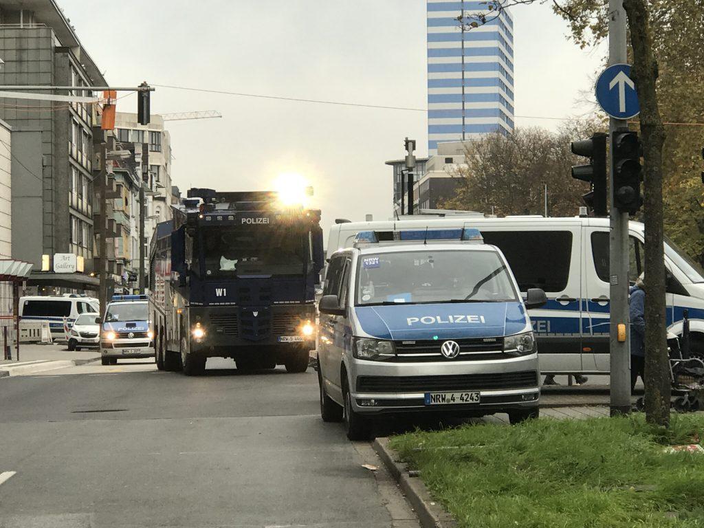 Kein Durchkommen zum Weihnachtsmarkt: Polizeiabsperrungen an der Friedrich-Wilhelm-Straße; Foto: Peter Ansmann
