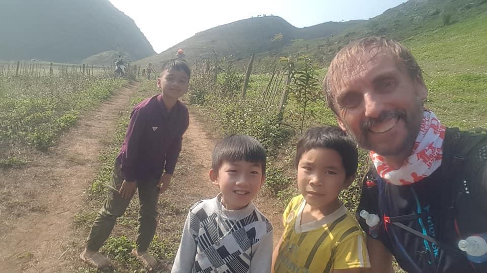 Pater Tobias aus Duisburg-Neumühl beim Trail-Marathon in Vietnam; Foto: Projekt LebensWert