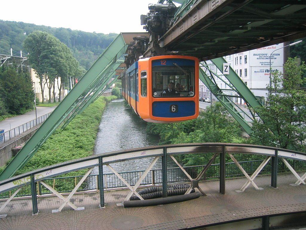 Die Schwebebahn in Wuppertal: Foto: Hulli; Lizenz: Creative-Commons