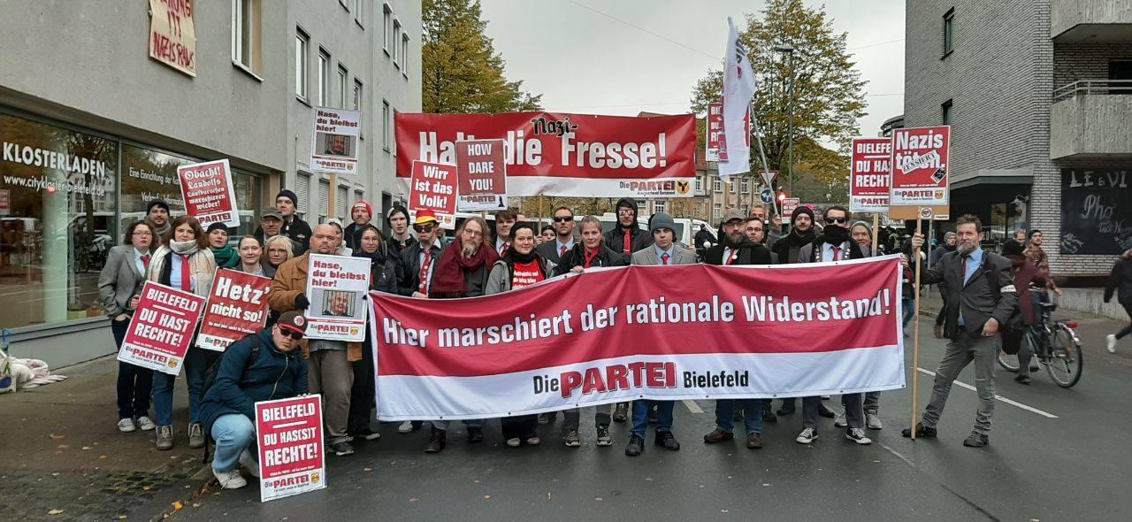 Demonstration gegen Nazi-Aufmarsch in Bielefeld am 08.11.2019; Foto: DiIE PARTEI Bielefeld