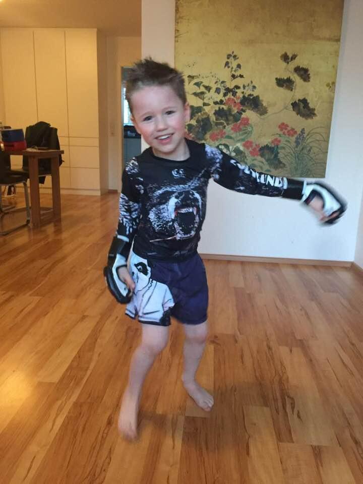 Lenny (Wird im Mai sechs Jahre alt!) beim Kickboxen-Workout @ Home; Foto: Toni Dietl