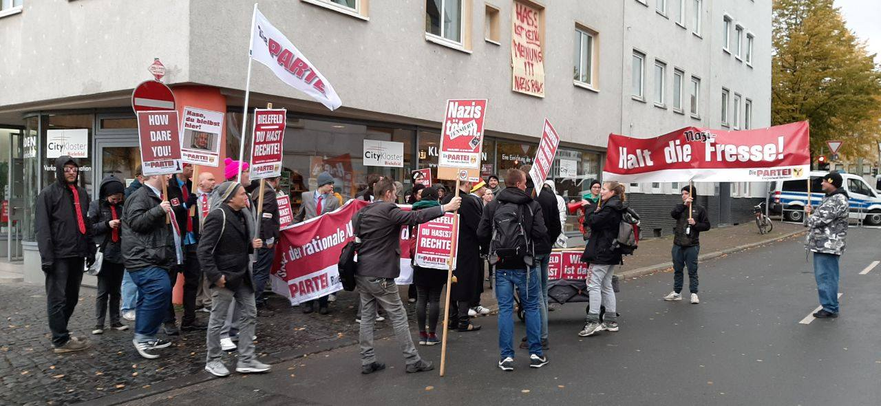 """Zensiert: """"Nazis töten""""-Plakat auf der Kundgebung am 9. November 2020; Foto: DIE PARTEI Bielefeld"""