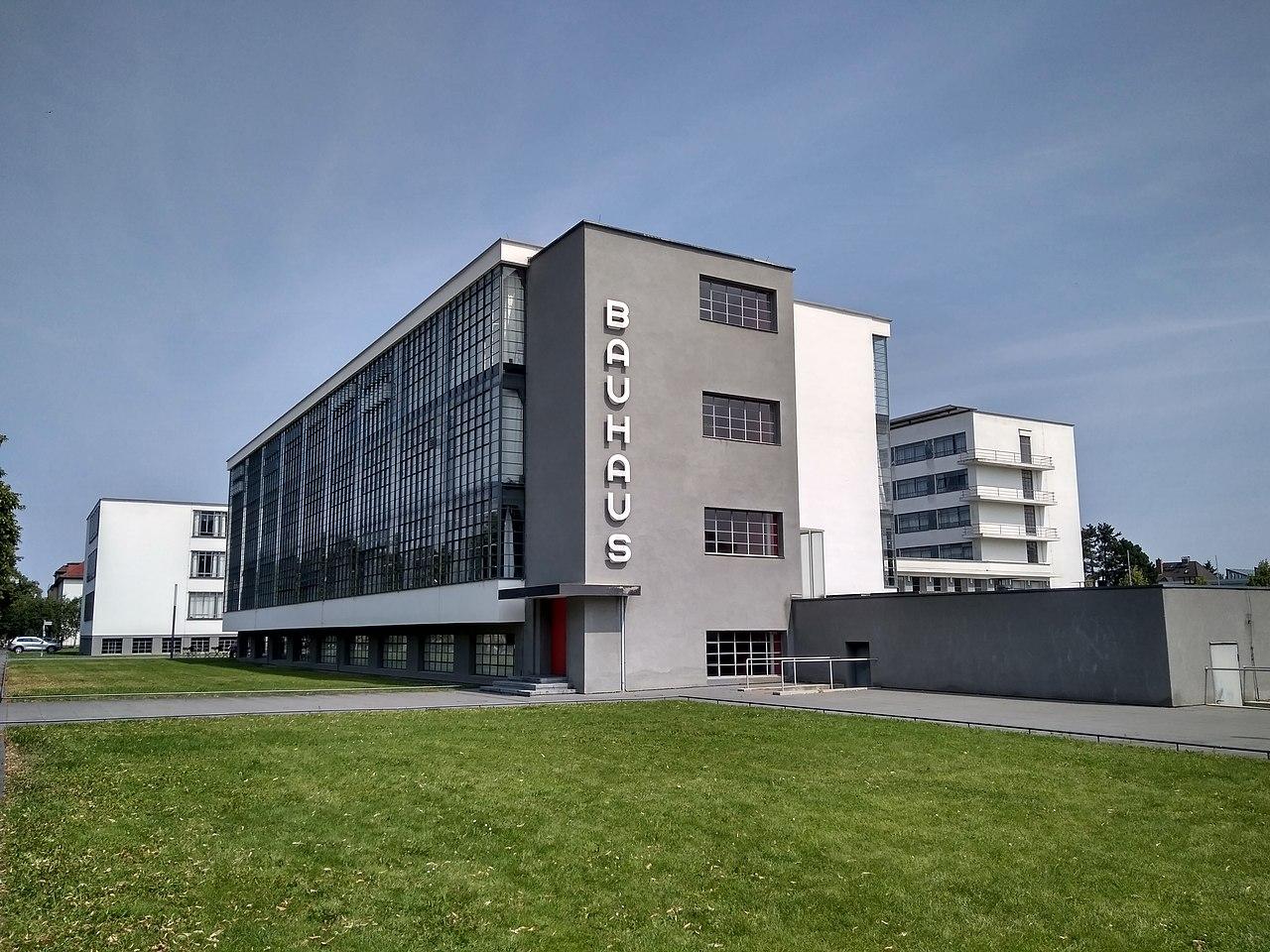 Rekonstruierte Fassade des Bauhauses in Dessau;